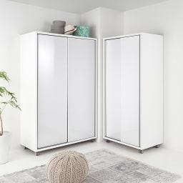 移動らくらく&大量収納光沢引き戸クローゼット 幅90cm L字型のクローゼット配置はお部屋をより広く効率的につかうことができます。※商品は左:幅120cm、右:幅90cmです。お届けは幅90cmになります。