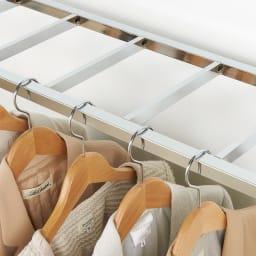 正面向きにも掛けられる薄型ディスプレイハンガー ロータイプ(ハンガー棚2枚) 幅90高さ161cm 【縦掛け】壁にぴったり設置しても洋服の肩が壁に当たりません。収納量も申し分なし。