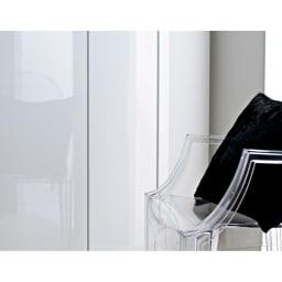 美しく飾れるシューズクローゼット 照明ライト付き 下駄箱幅119.5cm高さ180cm (イ)前面:ホワイト・本体:ホワイト色は光沢感が美しく玄関を明るく清潔感のある空間へ導きます。