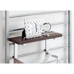 突っ張りブティックハンガー 幅65cm (ウ)ダークブラウン 棚板は3色の中から選んで好きな高さに設置可能。物が落ちにくいこぼれカバー付きです。