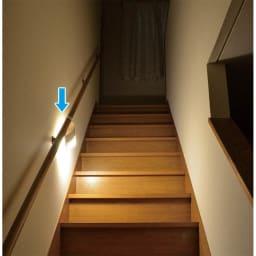 人感センサー付きもてなしライト 薄型はフック付きで手すりなどに取付可能です。