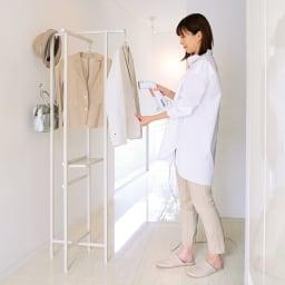 衣類スチーマー対応ハンガーラック (ア)オフホワイト スチーマーを置くのに便利な折りたたみ式の棚板。