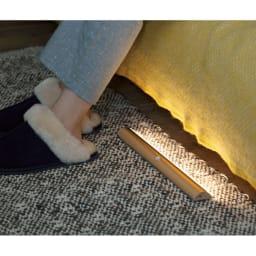 人感センサー足元LEDライト (イ)シャンパンゴールド ベッドの足元に置けば夜中起きた時も自動で照らしてくれるから安心。 ※写真は幅40cmタイプです。