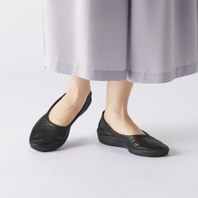 ARCOPEDICO/アルコペディコ シルヴィア バレエシューズ (ア)ブラック パイソンのような素材感、落ち着いたラメ素材でシックな装いにもぴったり。伸縮性があり、足にやわらかくフィットします。