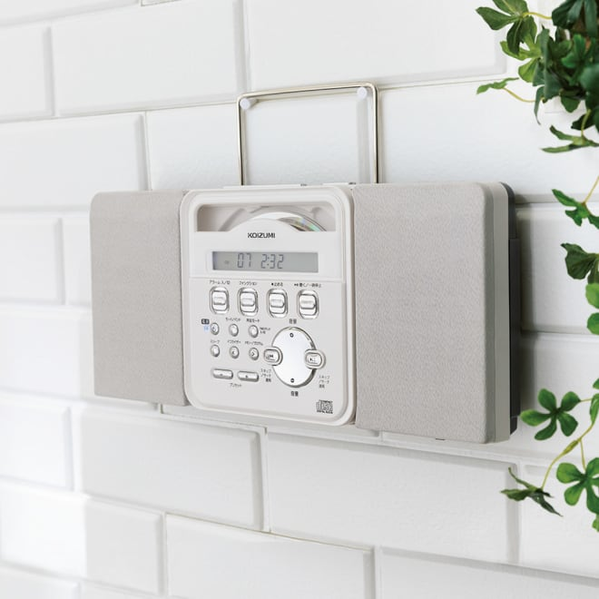 壁掛けCDプレーヤー 背面の置き型使用時のスタンドは、上部にセットすればハンドルとしても使える設計。壁にも圧迫感なく掛けられます。