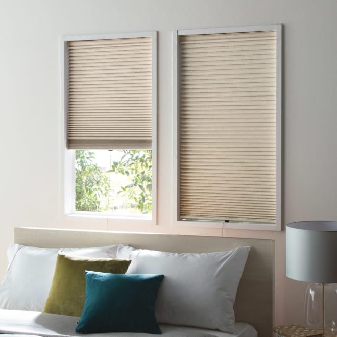 遮光・遮熱ハニカム構造の小窓用シェード(つっぱりポール付き)【生地幅26cm】 (イ)ベージュ 遮光タイプで寝室に。