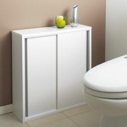 トイレ収納庫 引き戸タイプ 幅60cm・4段 (ア)ホワイトは前面と天板が光沢仕上げ。清潔感があるのでトイレにぴったりです。