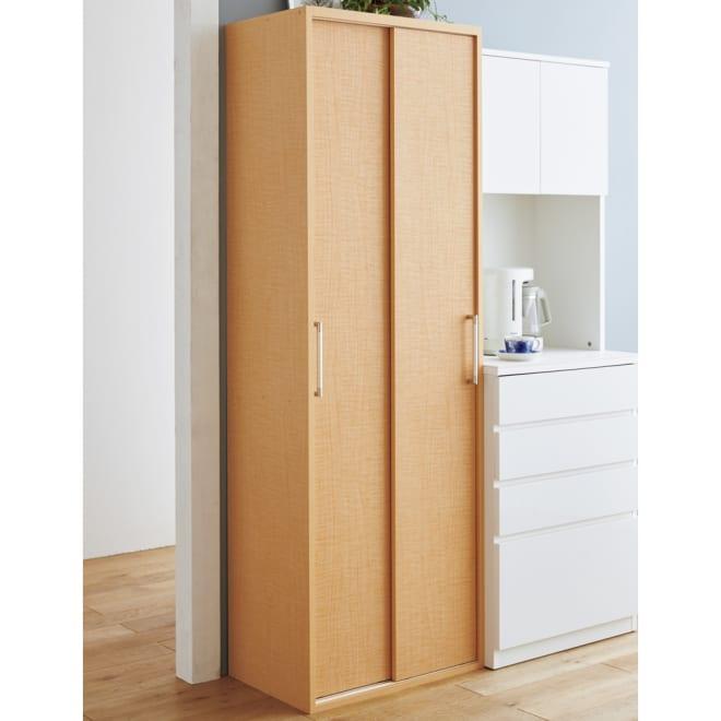 出し入れラクラク 引き戸の食器棚 幅60cm・奥行39cm (イ)ナチュラル 収納しにくい食器や細々したキッチン雑貨に。20枚の棚板とトレーですっきり収納できます。