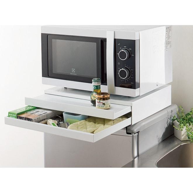 家電周りでの調理をサポートするレンジ下スライドテーブル 引き出し付き 幅45高さ10cm 大型オーブンレンジの下にも設置できます。ラップやミトンなどレンジ周りの小物を収納できる引き出し付き。