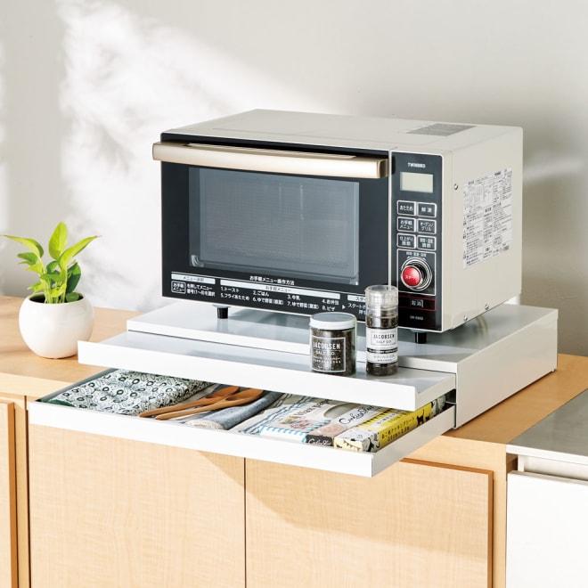 家電周りでの調理をサポートするレンジ下スライドテーブル 引き出し付き 幅55高さ10cm 使用イメージ
