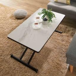セラミック天板昇降リビングテーブル コーディネート例(ア)ホワイト系 いま人気のセラミック素材を使った、繊細で味わい深い表情が楽しめる昇降式テーブル。リビングやダイニングを個性的に彩ります。
