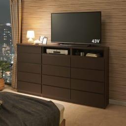 ベッドから見やすいテレビボード 幅118cm コーディネート例(ア)ダークブラウン 奥行30cmの省スペース設計なので、寝室置きに適しています。 ※写真のテレビ台は高さ97cmタイプです。
