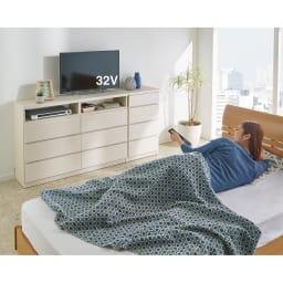 ベッドから見やすいテレビボードシリーズ 薄型サイドチェスト 4段・高さ79cm コーディネート例(イ)ホワイト木目 ベッドから見やすいだけでなく、寝室収納も充実。 ※写真のサイドチェストは幅45cmタイプです。