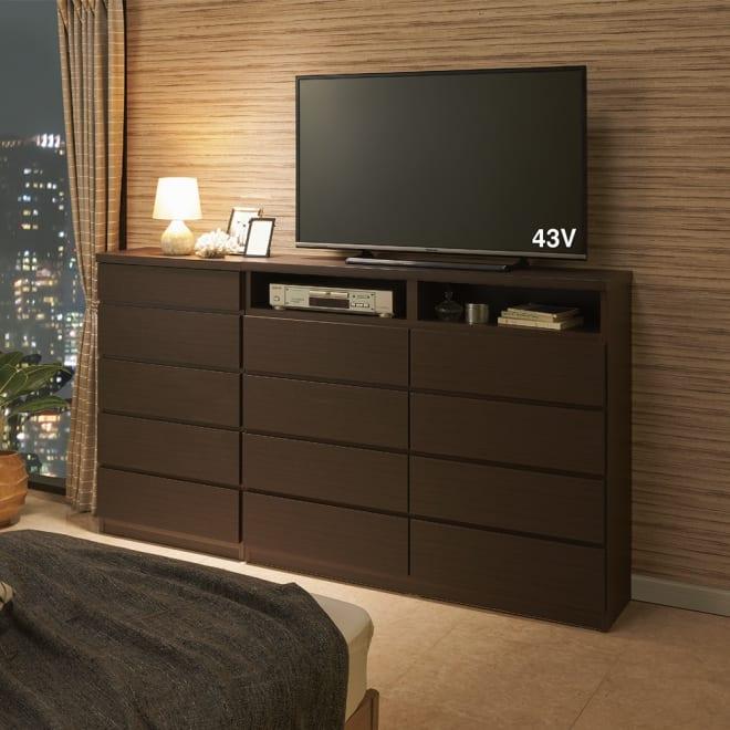 ベッドから見やすいテレビボードシリーズ 薄型サイドチェスト 5段・高さ97cm コーディネート例(ア)ダークブラウン 奥行30cmの省スペース設計なので、寝室置きに適しています。 ※写真のサイドチェストは幅60cmタイプです。