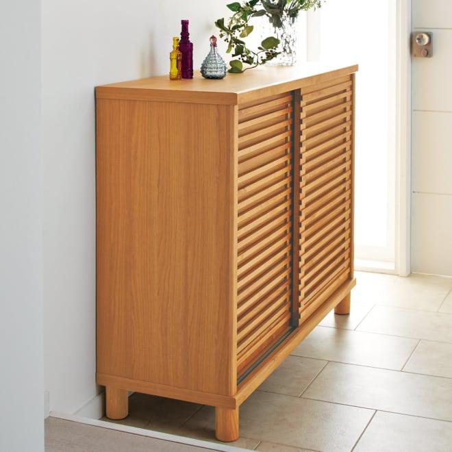 アルダー格子引き戸シューズボックス 幅117cm コーディネート例(ア)ナチュラル 狭い玄関でも使いやすい引き戸仕様でスムーズに開閉。