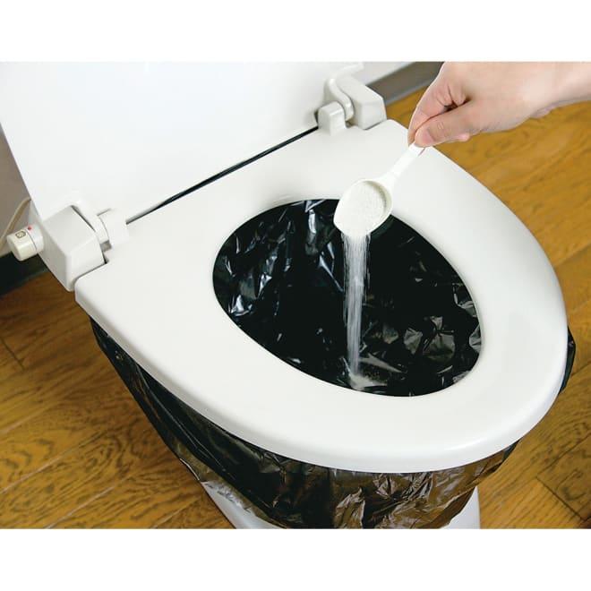 トイレの凝固・消臭剤 スプーン1杯を振りかけると、糞尿を素早く固めて消臭。可燃ゴミとして処分できます。