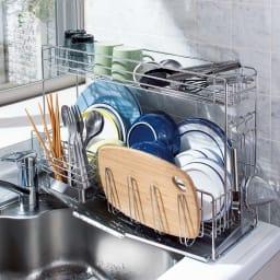 シンクに渡せる水切りカゴ スリムロング 2段 ステンレス製 たくさんの洗いものが…。 4人分の食器からキッチンツールまで、ここまですっきり!