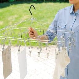 指にやさしい ステンレス製 ピンチハンガー 持ち手付きで、洗濯物がかかったままスムーズに持ち運びできます。