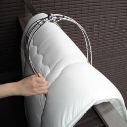 ステンレス布団バサミDX 間口を広げて,そのまま差し込むだけで簡単で挟むことができます。