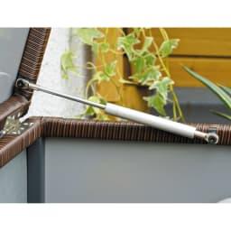 ラタン調コンパクトシリーズ〈ブラウン〉 薄型ベンチ幅60 ダンパー付きで軽い力で開き、開いた状態で固定されます。