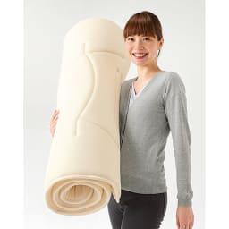 魔法の敷布団 シングルサイズで約2.5kgと、女性が片手で軽々持てる軽さ!