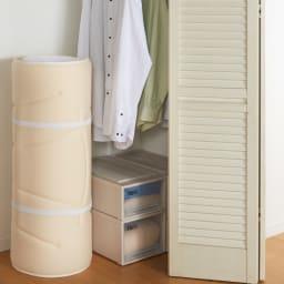 魔法の敷布団 コンパクトに折り畳め、持ち運びもラクラク。魔法の敷布団 は、収納に便利なゴムバンド付きです。