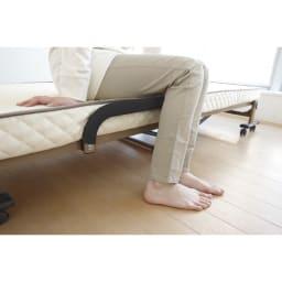 開梱してすぐ使える!組立不要 低反発ウレタン入り折りたたみリクライニングベッド 取っ手がマット面から出ていないので、立ち座りする際にも邪魔になりません。