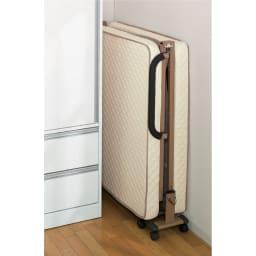 開梱してすぐ使える!組立不要 低反発ウレタン入り折りたたみリクライニングベッド 突起物がなくスッキリと収納できます。幅はわずか31cmです。