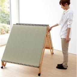 畳空間を簡単に演出できる折りたたみベッド ハイタイプ(棚なし) スプリング付きで、女性でも折りたたみがラク。キャスターの動きもスムーズです。