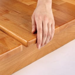 角の丸いアルダー天然木ステージベッドフレーム 棚なし 【面取り加工を施し、優しい触り心地】日本の家具職人が、手作業で丁寧に角を丸く仕上げています。すべすべしたなめらかな触り心地を実感してみてください。