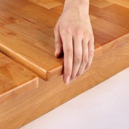 角の丸いアルダー天然木ステージベッドフレーム 棚付き 【面取り加工を施し、優しい触り心地】日本の家具職人が、手作業で丁寧に角を丸く仕上げています。すべすべしたなめらかな触り心地を実感してみてください。