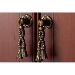 ベネチア調象がんシリーズ キュリオケース ハイ 精緻な装飾技とアンティークなデザイン。扉の取っ手には、タッセル風のクラシカルなデザインを採用。