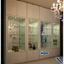 美しく飾れる 光沢仕上げ収納システム ガラス扉コレクションケース  幅60cm (ア)ホワイト≪組合せ例≫ ※こちらの写真は天井高さ240cmの夜間設定で撮影しています。実際の商品色は別の写真をご覧ください。