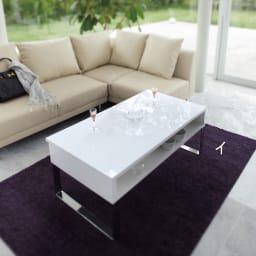 収納もたっぷり!腰かけながら使えるリフティングテーブル幅110 ホワイトのテーブル天板は光沢が美しいウレタン塗装が施してあるので水・汚れもさっと拭き取れます。