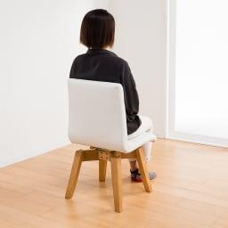 ナチュラルモダン伸長式オーク天然木ダイニングお得な3点セット(伸長式テーブル・幅110・150cm+回転チェア2脚組) モデル座り 背面