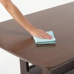 省スペース収納庫付きソファダイニング3点セット(棚付きテーブル+左カウチソファ+収納庫付き2人掛けソファ) テーブルにはウレタン塗装を施しているので汚れてもお手入れ簡単です。