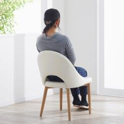カフェスタイルダイニング ラウンジチェア 1脚 背面は滑らかな曲線デザインで、背当たりが良く長く座っていても疲れません。
