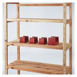 国産杉の無垢材キッチン収納 パントリーキッチンラック 幅89cm奥行51cm 棚板は厚さが3cmあり、棚板耐荷重1枚当たり約50kg。