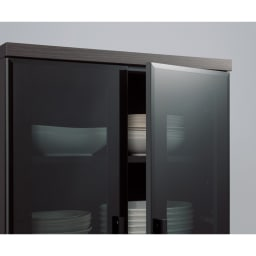高機能 モダンシックキッチン キッチンボード 幅140奥行51高さ193cm 収納物がキレイに見えるグレーガラス。カラフルな食器を収納しても色のトーンを押さえて落ち着きのあるインテリアを演出します。