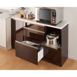 高機能 モダンシックキッチン キッチンカウンター 幅90奥行45高さ85cm ※写真はカウンター幅140奥行45cmタイプです。【シリーズ商品使用イメージ】 シックなダークブラウンの光沢のある木目調。大人のキッチンにふさわしい高い機能性も魅力。
