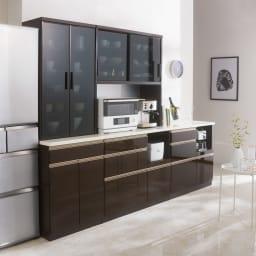 高機能 モダンシックキッチン キッチンカウンター 幅90奥行51高さ85cm コーディネート例 落ち着いた色合いと高級感漂う素材選びが魅力のシリーズ。