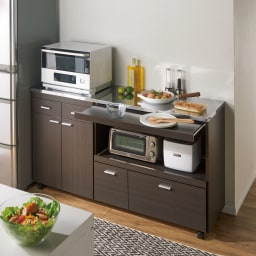 家電たっぷり収納ステンレス天板カウンター 幅149.5cm 使用イメージ(イ)ダークブラウン ステンレス天板とキャスター付きのワイドなサイズで作業台にも大活躍!狭いキッチンを効率よく活用する強い味方です。