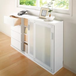 収納物の見やすい ガラス戸カウンター下収納庫 引き戸・幅90奥行22高さ100cm コーディネート例 カウンター下収納以外にも、窓下などに設置してリビングボード、電話台・FAX台としてもお使いいただけます。
