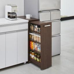 収納・ダストワゴン付きすき間作業台 収納棚ワゴン 幅35cm 使用イメージ(イ)ダークブラウン 天板上は作業スペースに、棚部には調味料瓶などが収納できます。取っ手部分はタオル掛けにも便利。 ※写真は収納棚ワゴン幅25cmタイプです。