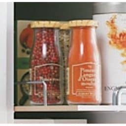 上品な清潔感のあるアクリル扉のキッチンすき間収納 幅20cm・奥行55cm 収納している物が落ちにくい落下防止バー付き。