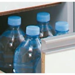 上品な清潔感のあるアクリル扉のキッチンすき間収納 幅20cm・奥行55cm 最下段の深引き出しにはペットボトルが入ります。 最下段の引出高さ31.5cm