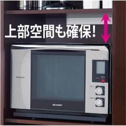 引き戸スライド扉で隠せる光沢仕上げキッチン家電収納庫 大型レンジ対応奥行55cmタイプ 大型オーブンレンジを収納できる内寸奥行50.5cm。また設置の際必要な10cm以上の放熱スペースも考慮したワイドな設計です。