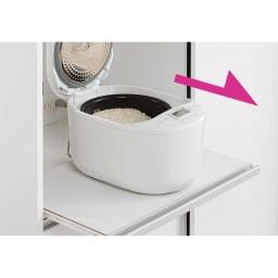 引き戸スライド扉で隠せる光沢仕上げキッチン家電収納庫 大型レンジ対応奥行55cmタイプ 蒸気が出る家電品も置けるスライドテーブル。奥行55cmタイプはスライドテーブルは1段のみになります。