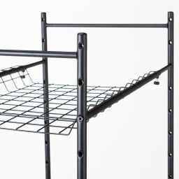 伸縮するバスケット棚のシンプルランドリーラック 浅棚1段 深棚1段 棚板の高さは7cm間隔で調節できます。