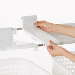 丈夫な2cm角パイプを採用!頑丈ランドリーラック 大型洗濯バスケット付き ※棚板使用イメージ 分割式なので幅の伸縮に合わせて調整ができます。フレームに溝をはめ込むだけなので簡単に取り外しができます。
